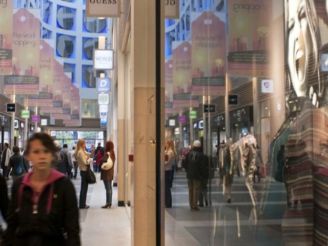 Entre changement des habitudes et magasins inoccupés, les shopping centers se réinventent pour attirer les jeunes