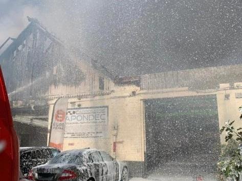 Incendie dans une carrosserie chaussée de Louvain à Schaerbeek: quatre personnes intoxiquées (vidéos)