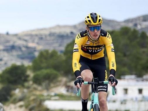Ploegmakker van Wout van Aert is eerste slachtoffer van verboden fietsposities en wordt uit Brabantse Pijl genomen