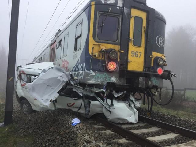 Postauto onder trein in Lichtaart: geen treinverkeer tussen Herentals en Turnhout