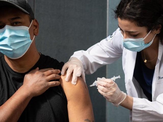 La moitié des adultes américains a reçu au moins une dose d'un vaccin anti-covid