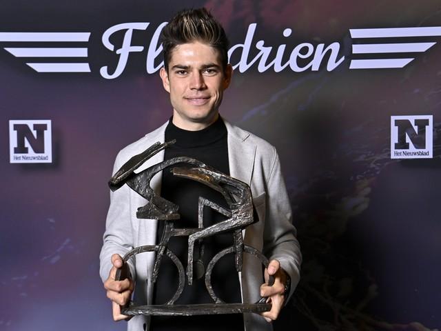 """Wout van Aert wint Flandrien: """"Geef mij volgend jaar maar iets met regenboogstrepen"""""""