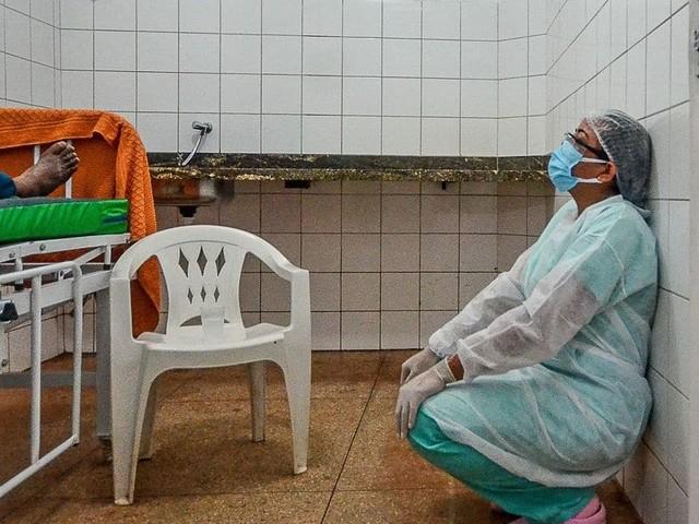 """Au Brésil, la situation s'aggrave dans les hôpitaux: """"J'essaye de me dire que chaque personne qui meurt nous permet de libérer un lit"""""""