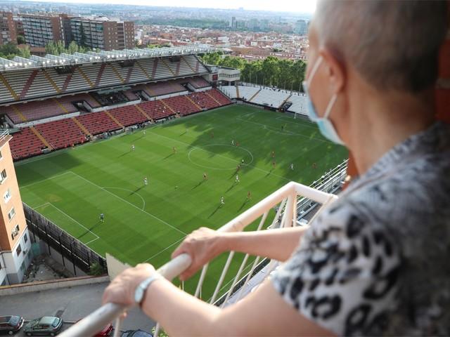 Strenge maatregelen, maar toch supporters: Anderlecht-huurling wint eerste (halve) wedstrijd in Spanje sinds coronacrisis