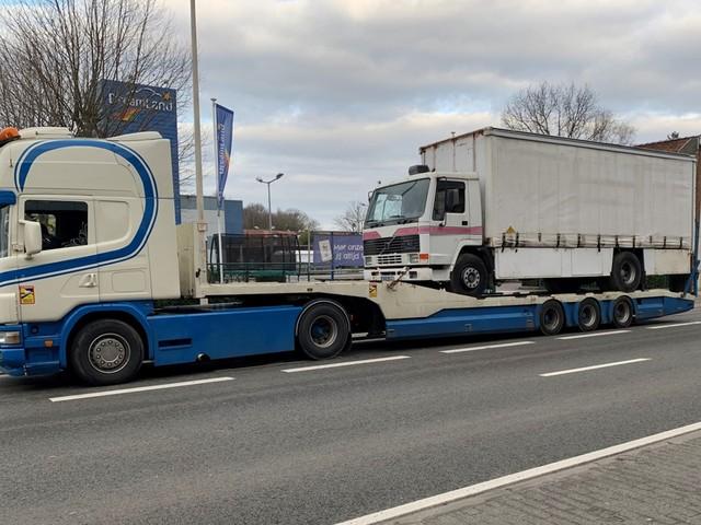 Vrachtwagen rijdt tegen viaduct, bestuurder blijkt met niets in orde