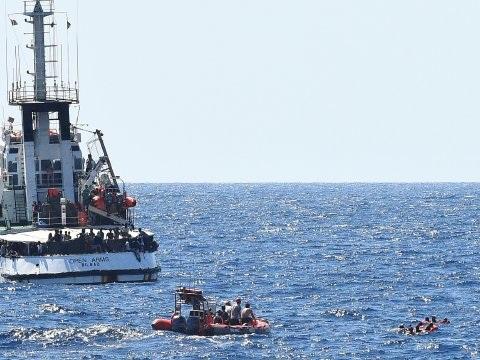 Spanje stuurt militair schip naar migrantenboot Open Arms