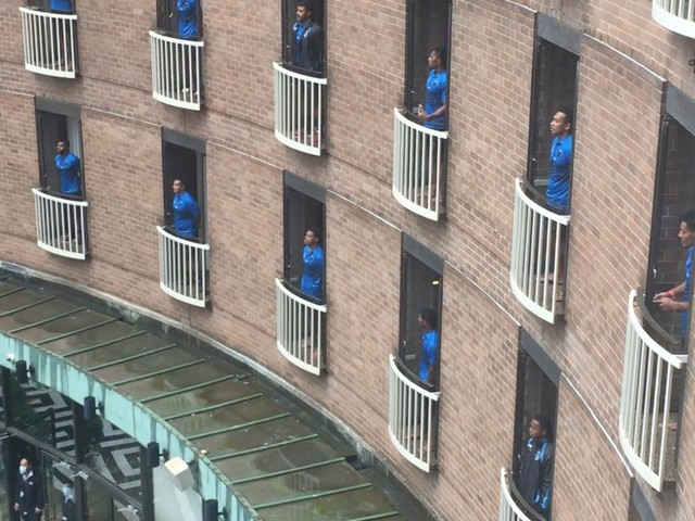 Rugbyploeg brengt pakkend eerbetoon aan quarantainehotel