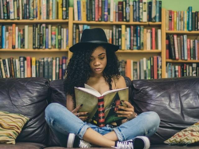Au lieu de passer votre temps sur les réseaux sociaux, vous pourriez lire 200 livres par an