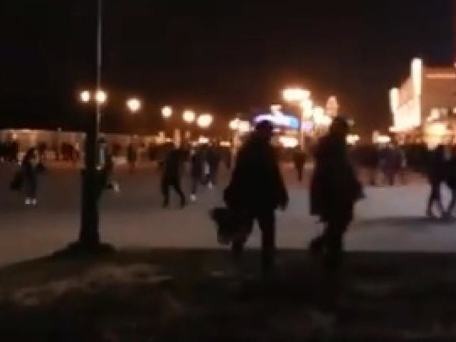 Panique à Disneyland Paris: les pompiers, la police et l'armée sur place, les visiteurs diffusent le mouvement de foule sur le web (photos + vidéos)