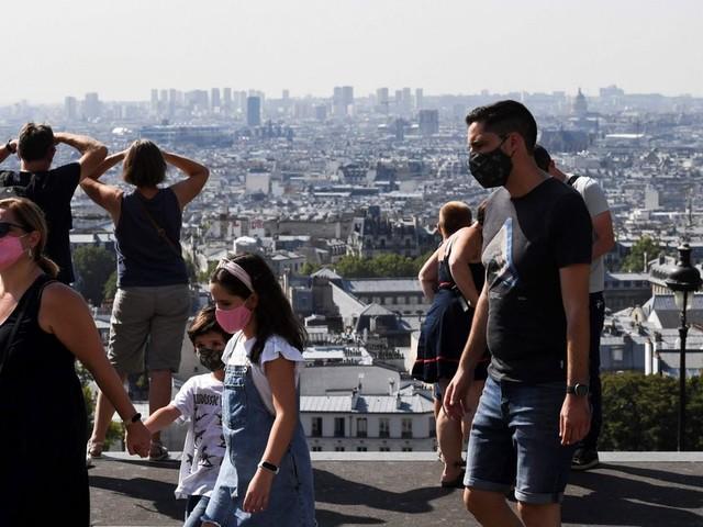 """""""Ils ne sont pas au courant? On a tous une télé quand même!"""": Débuts confus pour le masque obligatoire dans la rue à Paris"""