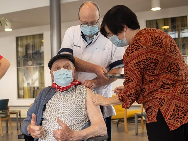 """Jos (96) krijgt tweede coronaprik, maar """"knuffelen is ten zeerste afgeraden"""""""