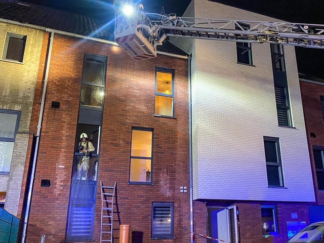 Eén persoon afgevoerd bij uitslaande dakbrand in appartementsblok in Waterschei