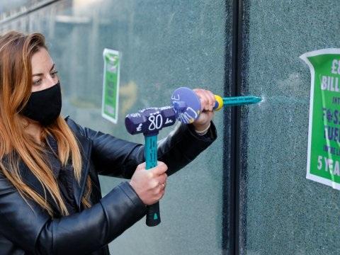 Klimaatactivisten slaan ramen aan diggelen bij HSBC