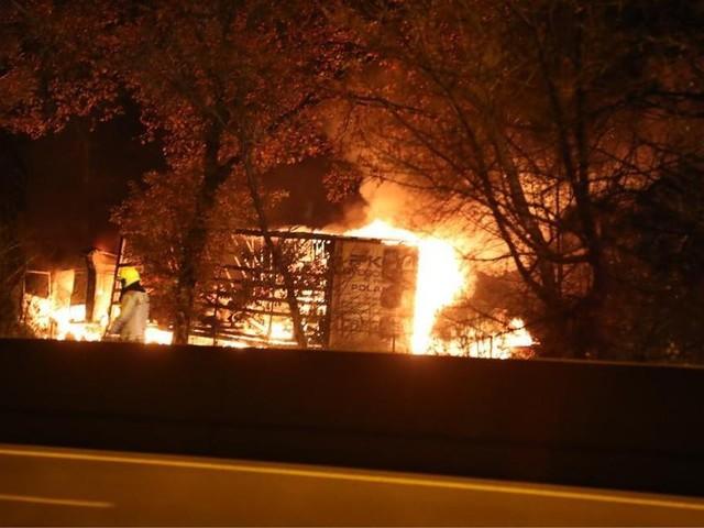 Dode bij zwaar ongeval op parking E34, vrachtwagens branden uit