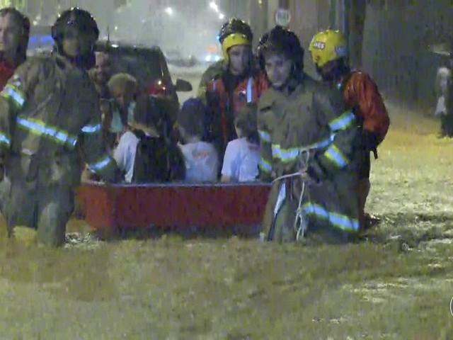 Bombeiros usam barco para resgatar crianças ilhadas no Jardim Botânico, Rio