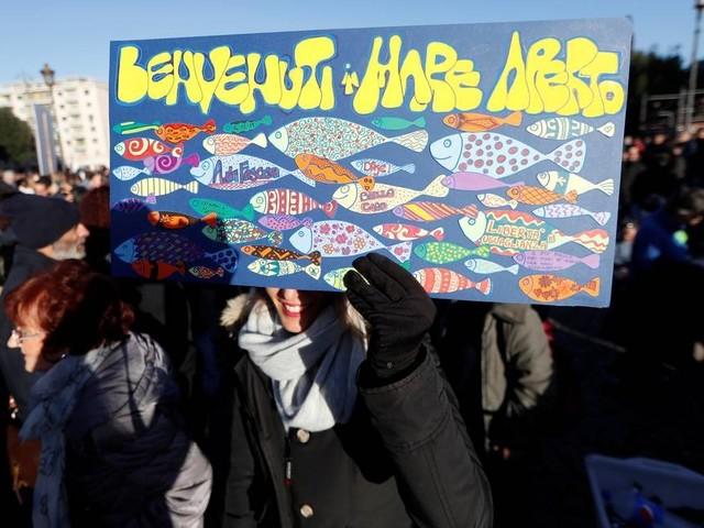 'Sardinhas' viram símbolo de movimento contra a extrema direita na Itália