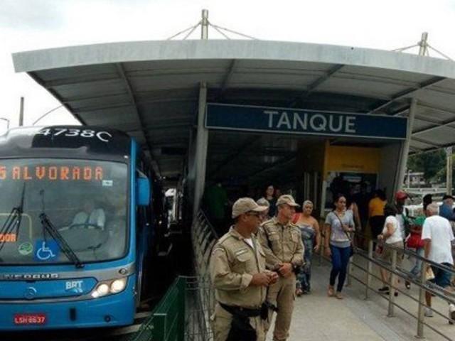 Idoso é preso após ejacular em perna de passageira em ônibus