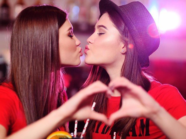 Lesbian Kiss Ad: Internet Users are Calling for Boycott of Natura Products
