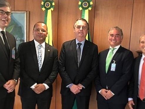 Pai de Neymar é recebido por Bolsonaro para negociar dívida milionária com a Receita