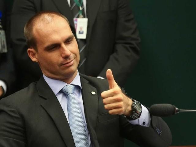 Filho de Bolsonaro quer criminalizar o comunismo e acabar com o MTST