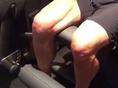 Ibra exibe treino de recuperação e chama atenção por pernas 'bombadas'