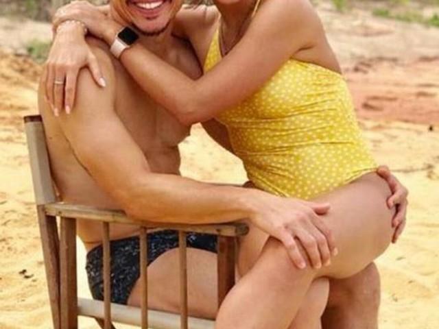De férias, Willian posa com a mulher na praia e torcedores do Palmeiras pedem 'cuidado com o joelho'