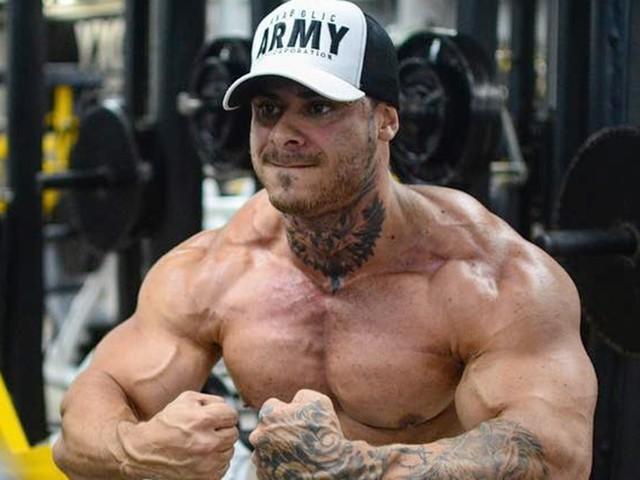 """Léo Stronda posa em academia e choca com tamanho de membro: """"Não é normal"""""""