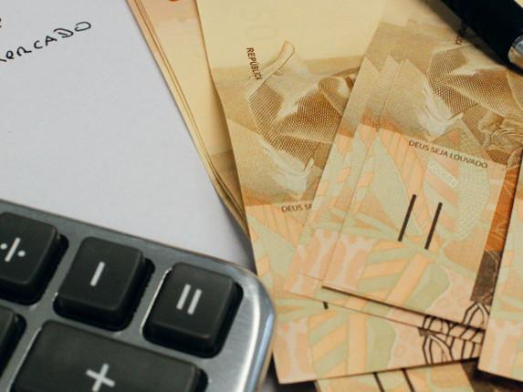 Número de brasileiros com contas em atraso cai em agosto