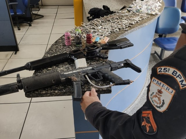 Após troca de tiros, homem é preso com arma, drogas e duas réplicas de fuzil em Cabo Frio, no RJ