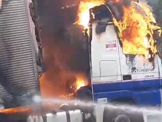 Caminhão carregado com frango pega fogo e bloqueia BR-376 por duas horas, em Guaratuba