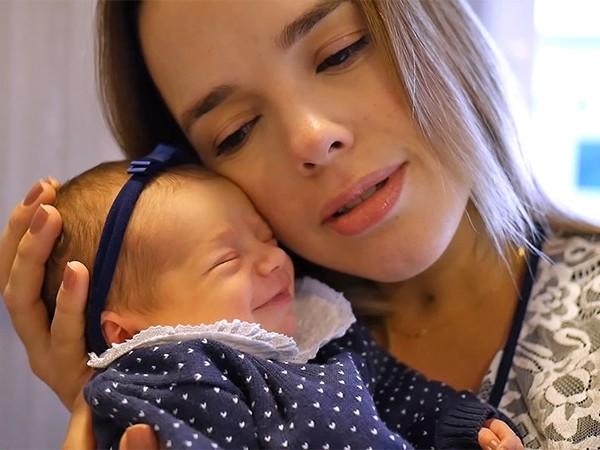 Thaeme compartilha foto polêmica de filha recém-nascida e recebe enxurrada de críticas