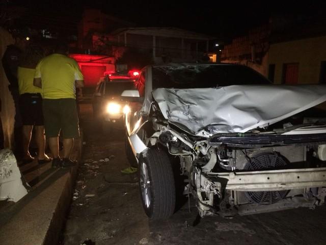 Táxi colide contra moto e deixa feridos em Manaus