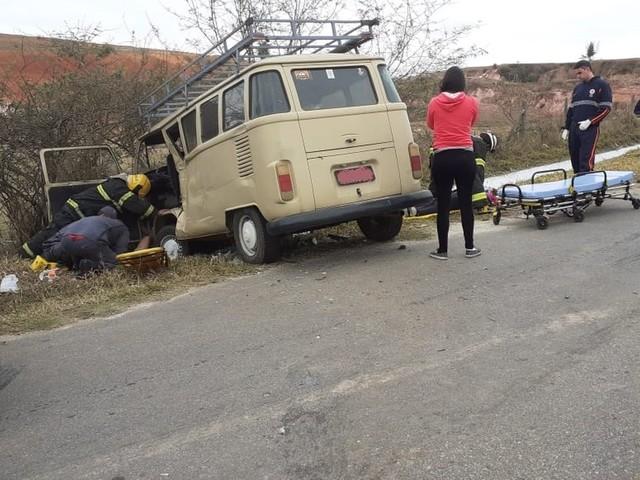 Pai e filha ficam feridos em acidente na BR-265 em Barbacena