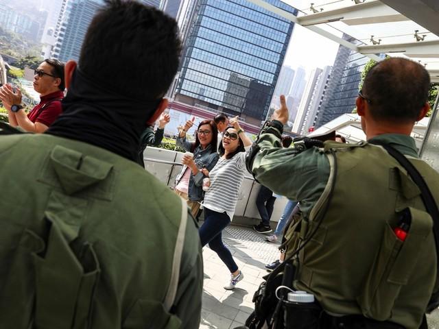 Soldados chineses deixam o quartel para limpar as ruas Hong Kong