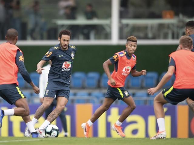 Tite comanda treino intenso com Neymar em campo na Granja Comary