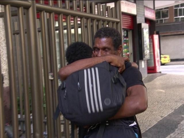 'Nunca me senti tão querido', diz guardador que ganhará casa após vídeo de gentileza viralizar