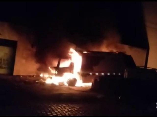 Caminhão de lixo e ônibus são incendiados por criminosos no 20º dia de ataques no Ceará