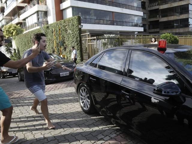 Bolsonaro deixa condomínio na Barra para assistir ao casamento do filho