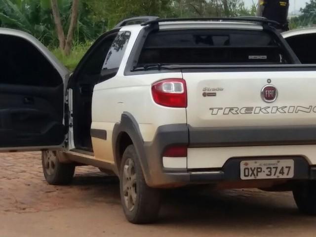 Homem morre e mulher fica ferida após serem atingidos a tiros dentro de carro em frente a centro de saúde de Rio Branco