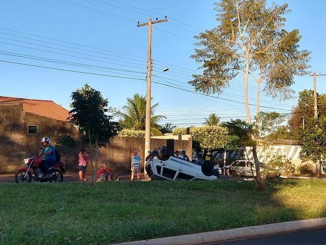 Carros batem em cruzamento de Campo Grande, um deles capota e ocupantes saem ilesos