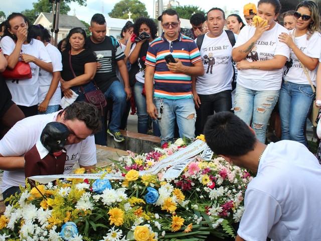 Corpo do ventríloquo Oscarino é enterrado, em Manaus