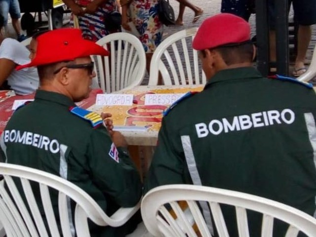 'Águia Resgate': bombeiros voluntários realizam ação solidária no Largo 2 de Julho