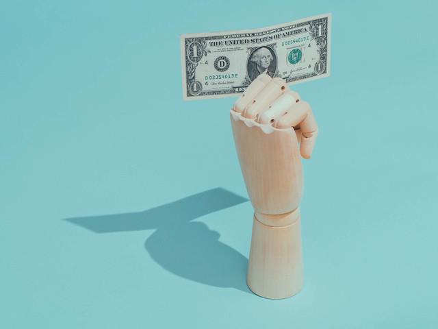 Dólar chega a operar abaixo de R$ 5, mas fecha em alta