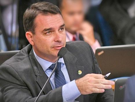 Flávio Bolsonaro apresenta projeto para instalar fábricas de armas estrangeiras no Brasil