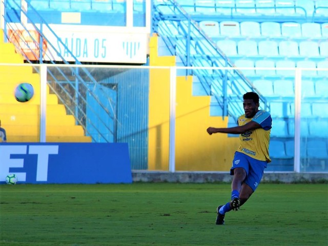 """Betão garante que jogadores do Avaí se cobram por primeira vitória: """"É constrangedor para nós"""""""