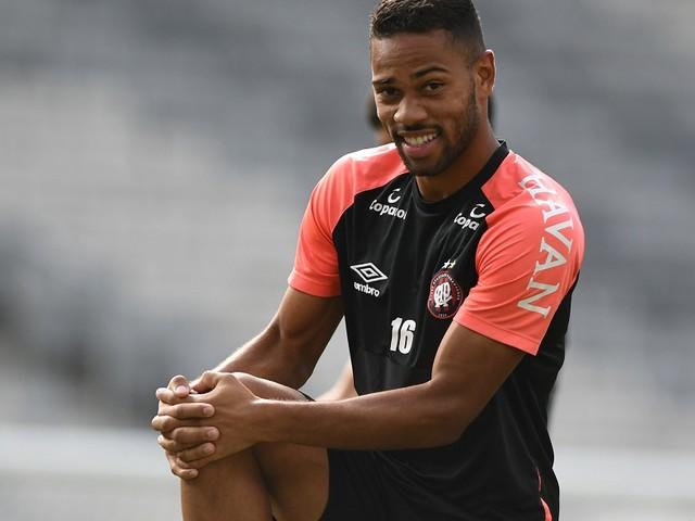Renan Lodi quer aproveitar amistoso para dar ritmo ao Athletico