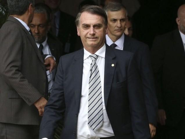 Bolsonaro diz que ex-assessor do filho tem que explicar movimentações financeiras