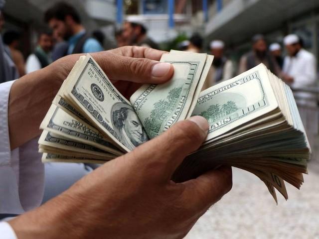 Dólar opera instável nesta segunda, próximo aos R$ 3,90