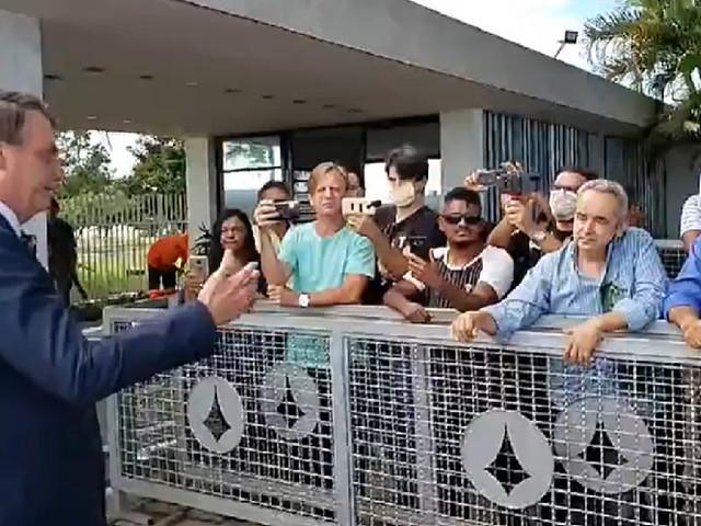 Bolsonaro se irrita com bajuladores na porta do Alvorada; um deles chora