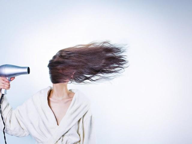 Cómo cuidar de nuestro cabello con este secador iónico que cuesta menos de 26 euros (¡solo las próximas horas!)